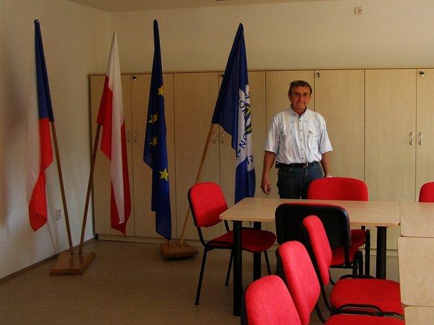 Starosta Suchého Dolu Vítězslav Vítek ukazuje na obecním úřadě zbrusu novou zasedací místnost, která je určená pro zájmové složky obce. V těchto nových prostorách proběhnou dnes a zítra také volby do Evropského parlamentu.