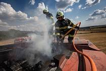 Požár kombajnu na poli v Šonově.