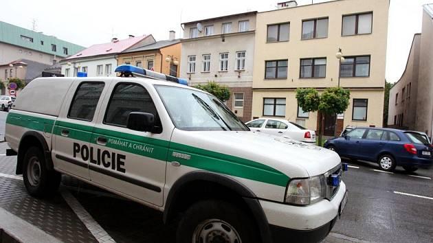 Před oddělením policie v Novém Městě nad Metují.