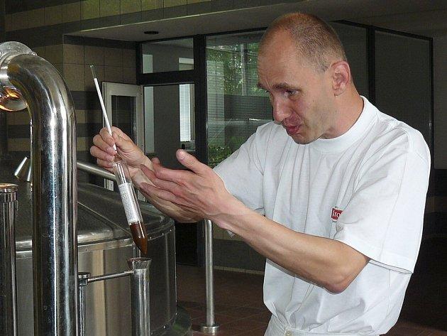 Vařič piva Josef Maršík kontroluje stupňovitost náchodského zlatavého moku Primátor.