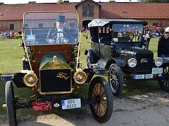 MEZI VETERÁNY nechyběl nablýskaný Ford T, se kterým se přijel pochlubit Milan Baše.
