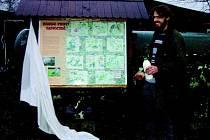 David Číp z jaroměřské Stanice pro zraněné a handicapované volně žijící živočichy odhalil při sobotní akci Vánoce pro zvířátka tabuli, která poputuje do Orlických  hor.