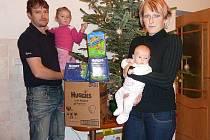 VERONIKA LELKOVÁ z Velkého Dřevíče se stala vítězným miminkem měsíce prosince 2011. Na snímku je spolu s rodiči Kateřinou a Liborem, se sestřičkou Klárkou a výhrou kartonem plen Huggies a balíčkem plenek Little Swimmers (Plaváčků) od firmy Kimberly-Clark