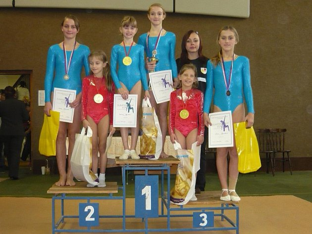 Úspěšné náchodské gymnastky – zleva Zákravská, Páclová, Vejrková, Štefková a Havlíčková. Za nimi rozhodčí Adamů.