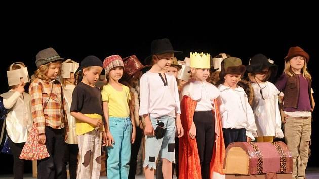"""Do jubilejního ročníku přehlídky dětských divadelních souborů """"Hronovské hádě"""" se přihlásilo šest dětských souborů."""
