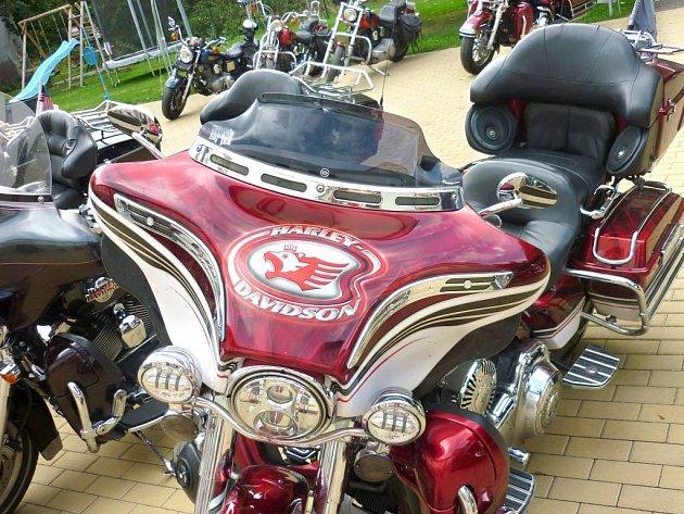 Majitelé motocyklových legend Harley Davidson si dali dostaveníčko v teplickém penzionu Metuje.