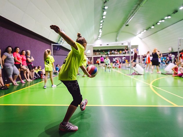 NA FINÁLOVÝ turnaj okresního barevného minivolejbalu dorazilo do červenokostelecké sportovní haly na 150 dětí z celého okresu.