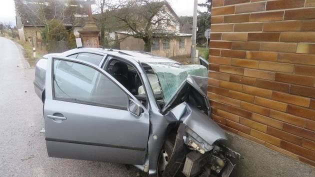 Devětadvacetiletý řidič Škody Octavia narazil v plné rychlosti do rohu domu v Hořičkách a na místě zemřel.