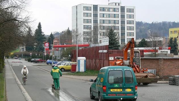 Rekonstrukci Husova náměstí včera zahájili pracovníci náchodské Teplárny.