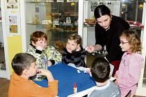 """Děti si v muzeu užívají """"Týden s Herkulem""""."""