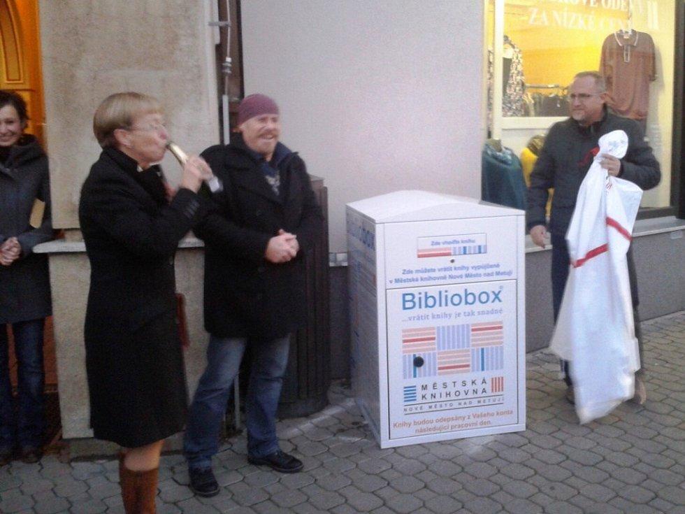Nový bibliobox před Městskou knihovnou v Novém Městě nad Metují.