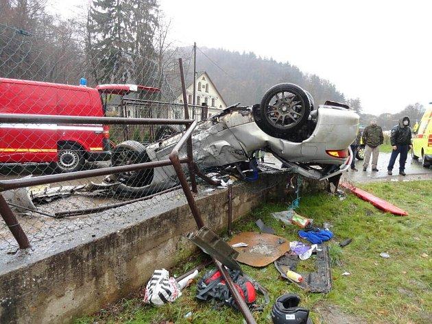 V lokalitě zvané Kozínek havaroval řidič s osobním vozidlem Mitsubishi. Auto skončilo po nehodě mimo vozovku na střeše na betonové podezdívce se zábradlím.