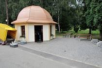 Nově opravený prameník v Bělovsi.