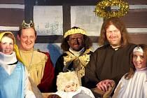 JAROMĚŘŠTÍ HERCI se představili v živém betlému. Podle zvěstí se jim povedl.