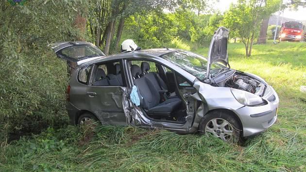 Auto narazilo do sloupu veřejného osvětlení, zranili se tři lidé
