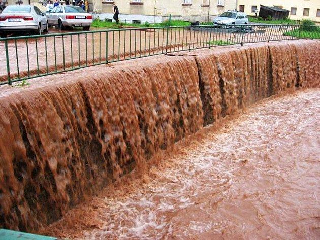 Zaplavená silnice v Broumově - Olivětíně.