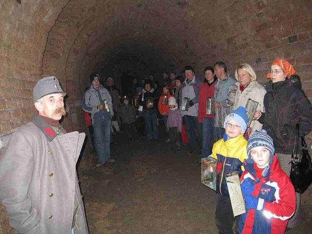 PRŮVODCE JOSEFOVSKÝM PODZEMÍM Karel Kulhavý (vlevo ve vojenském kabátě) návštěvníkům přiblížil minulost josefovské pevnosti.
