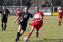 Červenokostelecká rezerva (v červeném) vstoupila do jara domácí porážkou s Heřmánkovicemi.