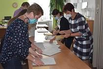 Sčítání hlasů probíhá celkem rychle, dvě hodiny po uzavření volebních místností bylo na Náchodsku sečteno 55% hlasů.