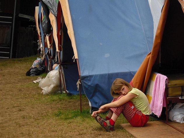 Tábor mladých hasičů na Janovičkách je za polovinou – v sobotu skončí. Ti nejmenší, kterým se trochu stýská, vyhlíželi v neděli – v návštěvní den – nedočkavě od svých stanů  rodiče.