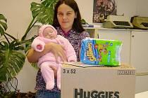VÍTĚZNÝM MIMINKEM měsíce srpna se stala Kristýna Pozděnová z Náchoda, na snímku s maminkou a s výhrou - kartonem plen Huggies a balíčku plenek Little Swimmers od firmy Kimberly-Clark z Jaroměře.