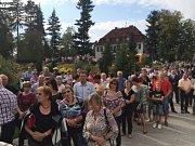 NOVÝ KOMPLEX ŠKOLICÍHO STŘEDISKA přišel textilku na 40 milionů korun, otevření si nenechaly ujít desítky lidí.