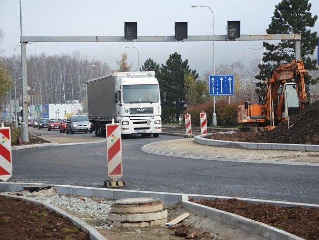 Stavba nového kruhového objezdu u nákupního centra v Bělovsi.