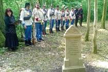NOVÉ NÁHROBKY nedávno objevených hrobů odhalili minulý týden u České Skalice přesně na výročí bitvy.