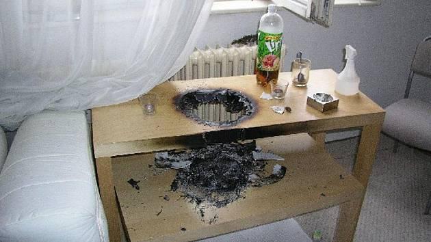 Věnec se svíčkami zůstal bez dozoru. K požáru bytu chybělo málo.