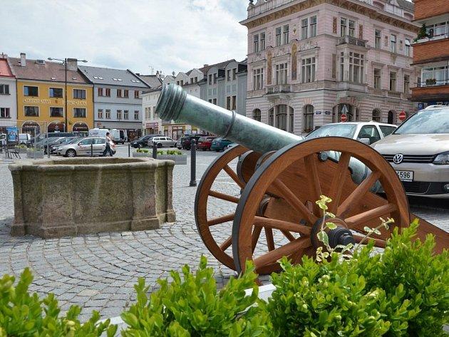 MAKETU DĚLA, která připomíná obléhání města během třicetileté války, odhalili 1. června v Náchodě na Masarykově náměstí.