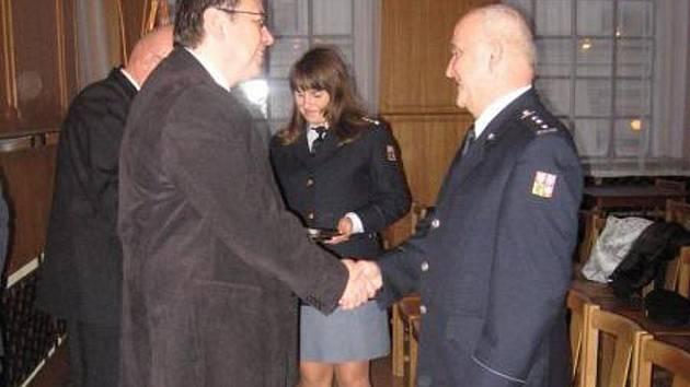 Hejtman Lubomír Franc (vlevo) gratuluje Petru Švábovi.