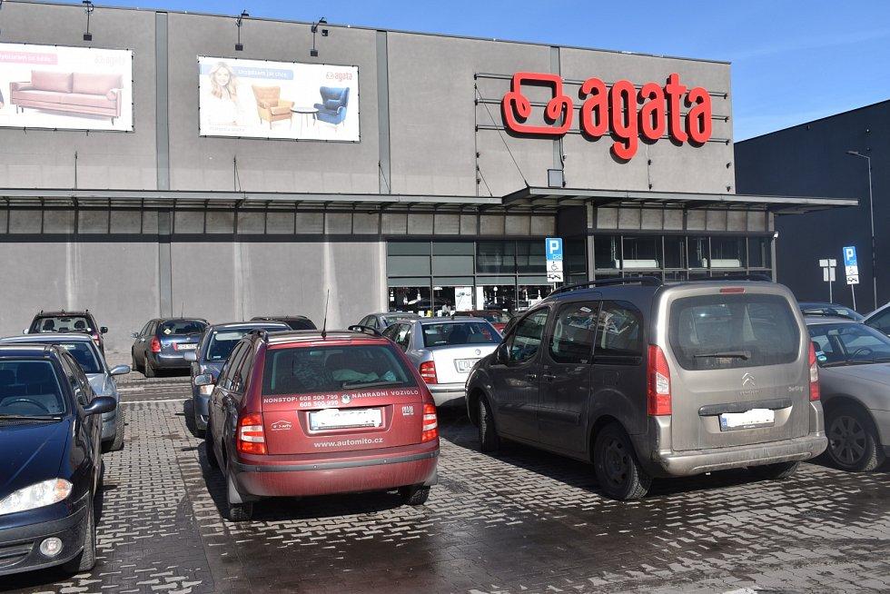 Mezi auty se objevují i SPZ z Čech.