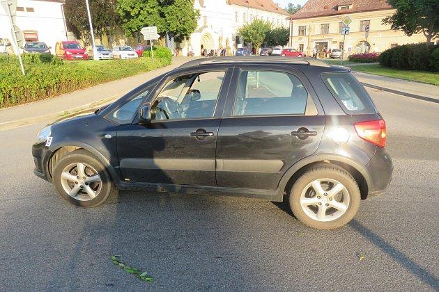 Osobní vozidlo značky Suzuki SX4 pravděpodobně nedalo přednost šestasedmdesátileté cyklistce, která byla stěžkým zraněním transportována do Fakultní nemocnice vHradci Králové.