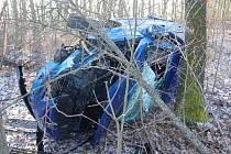 Nehoda na náledí u Rychnovku, auto skončilo ve stromě