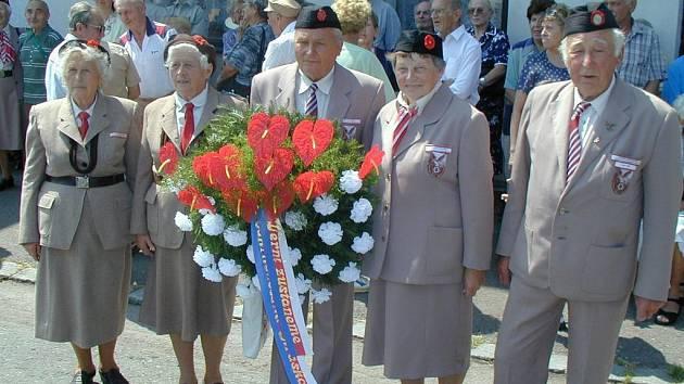 Vítězka Zelená (druhá zleva) při pietním aktu u památníku na Bohdašíně.