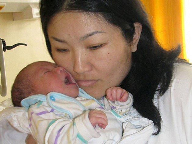 TEMUGE DAVAABAYAR je jméno miminka, které se narodilo 21. března 2011 v 16:12 hodin. Po porodu vážilo 3,2 kg a měřilo 51 cm. Společně s rodiči Temuge a Altantuya má domov v Náchodě.