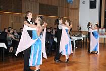 Po sedmnácté se v sobotu ponořil Čapkův sál do víru tance. Konal se zde reprezentativní ples města Hronova, na kterém se nejen tančilo, ale oceňovali zde také významné osobnosti města a přilehlých obcí.