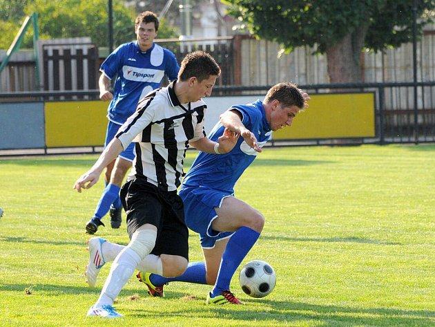 OFENZIVNÍ pohárovou přestřelku nakonec vyhráli v Červeném Kostelci po penaltovém rozstřelu hosté z Jičína (u míče).