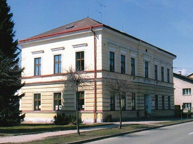 Budova základní a mateřské školy v Dolní Radechové.