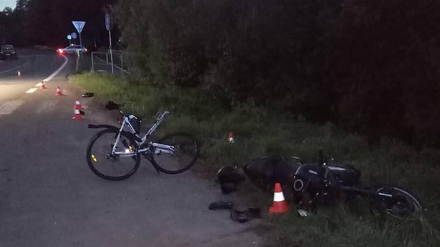Ke střetu motorkáře a cyklisty došlo ve čtvrtek večer ve Velkých Petrovicích.