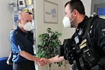 Manžel pohřešované ženy přišel na policejní služebnu osobně poděkovat za okamžité nalezení jeho manželky. Nebýt praporčíků Martina Kábrta a Pavla Pinkavy, tak se nejhorší chvíle jeho života mnohem prodloužily.