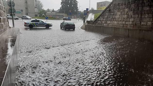 Hasiči odklízeli následky po přívalovém dešti.
