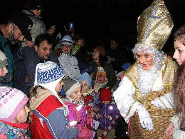 Mikuláš  vyrazí do ulic až v pátek, ale polické děti se ho dočkaly s předstihem.
