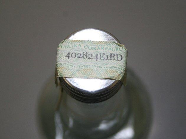 """NEBEZPEČNÝ ALKOHOL - půllitrové lahve s 40% alkoholem s názvem """"TUZEMSKÝ"""" a  """"VODKA  JEMNÁ"""" od výrobce VAPA DRINK."""