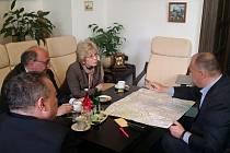 Starostové východočeských měst Náchoda a Trutnova Jan Birke a Ivan Adamec jednali s polskou poslankyní Halinou Szymiec-Raczyńskou.