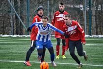 Náchodský záložník Jakub Petřík (u míče) takhle bojoval v posledním přátelském utkání proti přesile hráčů Mšena. Náchod vyhrál 5:3.