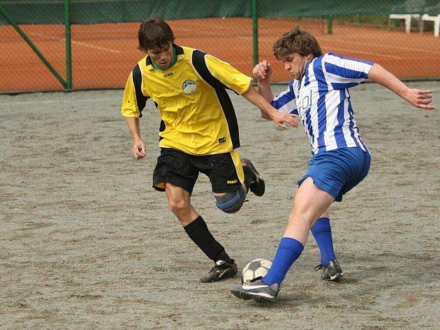 Futsalistům béčka Žďárek (v pruhovaném) pomohlo domácí prostředí, ve kterém zdolali Dobrušku 3:1.