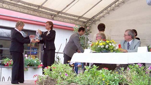 V soutěži Vesnice roku uspěla v minulém roce v krajském kole mimo jiných i obec Česká Čermná. Starostka obce Eva Smažíková (vlevo) přebrala na slavnostním vyhlášení  zmíněné soutěže bílou stuhu za činnost mládeže.