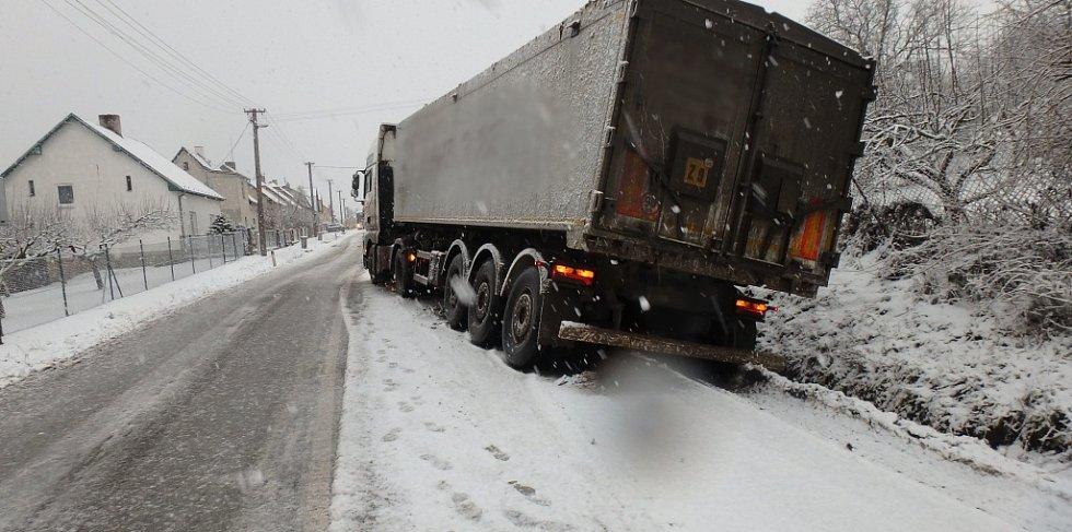 Hasiči z Jaroměře pomáhali při dopravní nehodě kamionu, který hrozil pádem do příkopu.