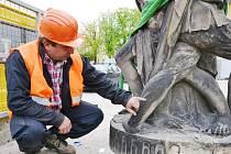 MILAN LIBICH, předseda sdružení Ochránci památek pevnosti Josefov a také jeden ze dvou technických dozorů investora, prohlíží sochu před odvozem, konkrétně detail obutí římského vojáka.